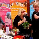Interview de Pépée le Mat, chroniqueuse culinaire sur France Bleu Nord, sur le Stand Savourez le Pays de la Lys Romane,
